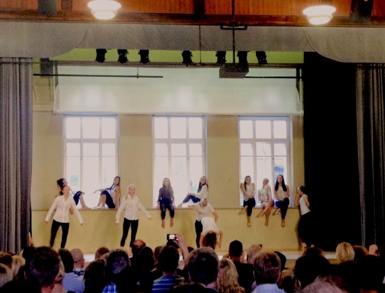 Ensimmäisen vuositason tanssijoiden esitys.