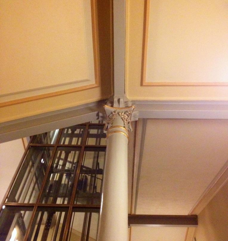 Rakennuksessa on paljon kauniita yksityiskohtia. Vasemmalla alhaalla raihnaisia opettajia helpottava hissi.