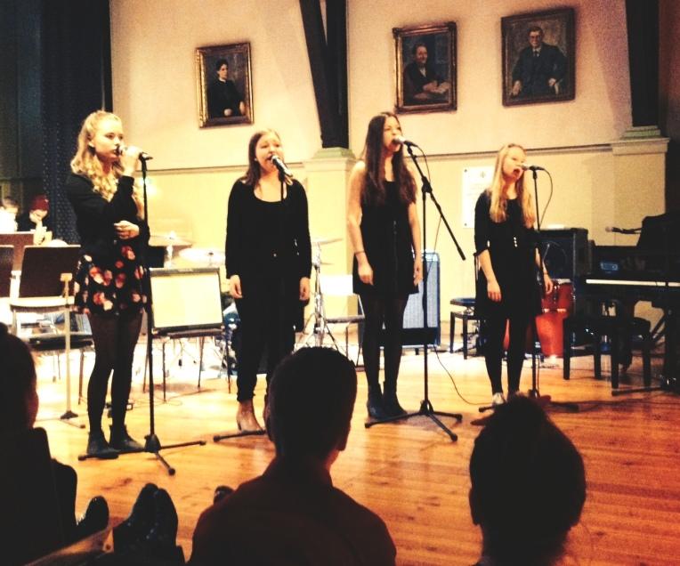 Sofia Tengvall, Roosa Punkari, Kaarina Sihvola ja Roosa Punkari esittämässä Colbie Caillatin Try-kappaletta.