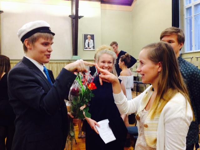 Ylioppilaan puheen pitänyt Veikko Vallinoja jututtaa uskonnon- ja filosofianopettaja Outi Raiskinmäkeä.