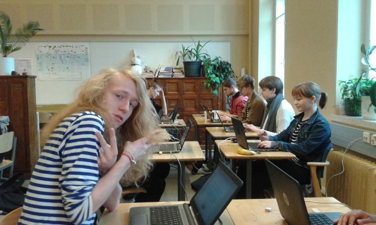 Axel Salmenkallio suojautuu sähköisen ylioppilaskirjoitusjärjestelmän mahdollisilta vaaroilta uhkaavin jengimerkein.