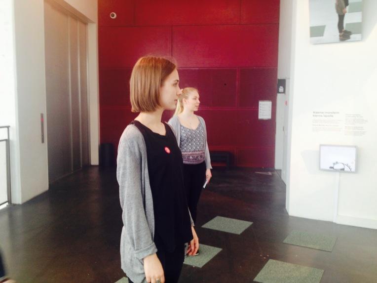 Ella ja Veera tutkivat nykytaidetta.