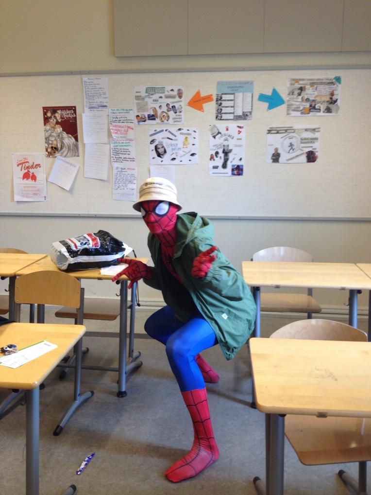 Hämähäkkimies pukeutui idolipäivänä Arttu Kärkkäiseksi.