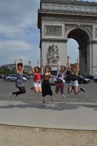 Tytöt hyppivät.