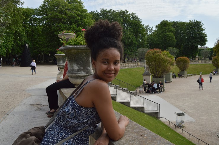 Miriamin hiukset maastoutuvat puiston puskiin.