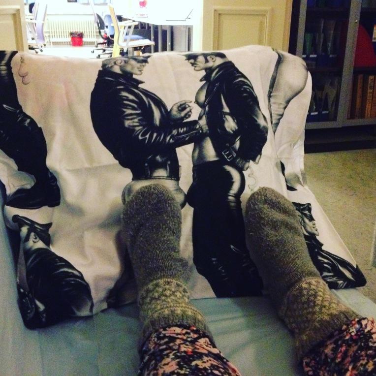 Äikänopen seurana olivat herkulliset Tom of Finland -miehet. Huomaa Instagramissa suosiota saanut katu-uskottava kukkahousu-villasukka-asu.
